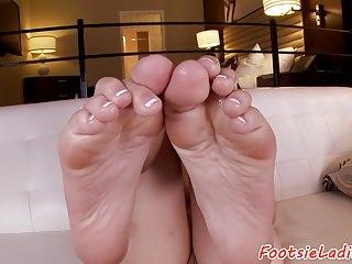 Footfetish beauty gives amazing bj
