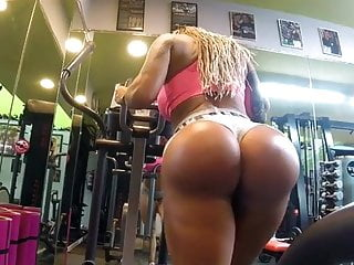 Victoria showing her great ass in gym