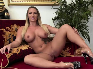 Blonde girl knows how to satisfy a dick