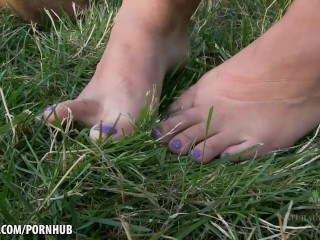 Curvy girl Suzy spread her hairy pussy outdoors
