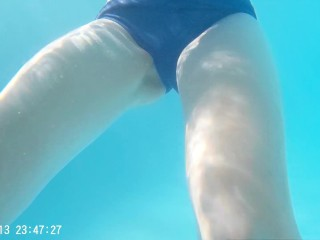 Tittyfuck in the swimming pool's changing room, huge cumshot on F cup boobs