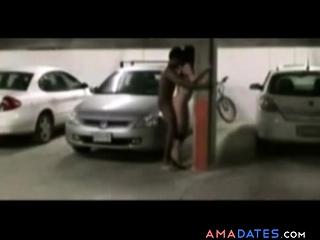 Grosse pute prise dans un parking